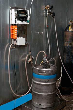 Новые платформенные весы с функцией дозирования предназначены для розлива пива в кеги по 30 и 50 литров.